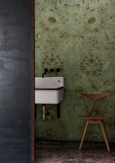 Look at the vintage sink Old school and beautiful Bathroom Wallpaper Inspiration, Style At Home, Motif Art Deco, Vintage Sink, Contemporary Wallpaper, Inspirational Wallpapers, Suites, Hallway Decorating, Deco Design