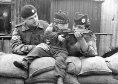 Two soldiers showing a child how to use a rifle British Armed Forces, British Soldier, British Army, Northern Ireland Troubles, Ireland Uk, Michael Collins, King And Country, War Photography, A Level Art