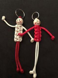 Pieterpad poppetjes Macrame Art, Macrame Knots, Micro Macrame, Macrame Jewelry, Paracord Keychain, Diy Keychain, Yarn Crafts, Diy And Crafts, Crafts For Kids