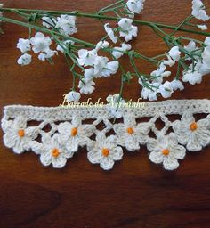 Daisies crocheted trim.  The website is in portuguese, but the pictures are good so it should be easy to figure out.