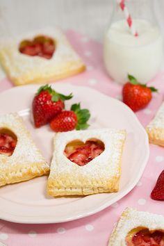 Erdbeer-Vanille-Blätterteigtaschen – Rezept finerfoot with strawberries Pastry Dough Recipe, Puff Pastry Recipes, Puff Pastries, Valentines Day Food, Puff Recipe, Sweet And Salty, Cream Recipes, Creative Food, Sweet Recipes