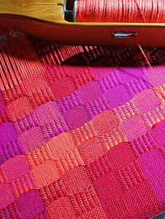 very nice use of color in Ms & Os Weaving Patterns, Knitting Patterns, Loom Weaving, Hand Weaving, Textiles, Tea Towels, Hand Towels, Weaving Projects, Plaid Fabric