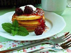 """635 To se mi líbí, 2 komentářů – @toprecepty.cz na Instagramu: """"Kefírové lívance II  Suroviny 300 ml kefíru 3 vejce 1-3 lžíce cukru špetka soli hrnek…"""" Kefir, Dessert Recipes, Desserts, Pancakes, Food And Drink, Yummy Food, Baking, Breakfast, Bakken"""