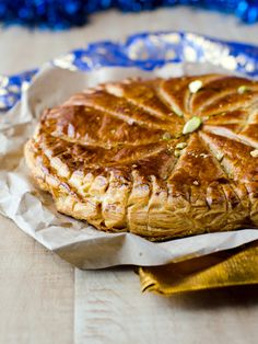 Galette des Rois au chocolat : Recette de Galette des Rois au chocolat - Marmiton Galette Frangipane, Bon Dessert, French Food, New Years Eve Party, Apple Pie, Camembert Cheese, Waffles, Brunch, Food And Drink