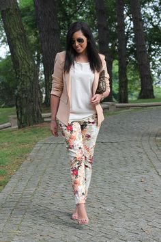 I wear my favorite floral print pants. To combine them I opted for nude colors, . I wear my favorite floral print pants. To combine them I opted for nude colors, and as complements, Floral Pants Outfit, Printed Pants Outfits, Floral Print Pants, Pinterest Fashion, Business Casual Outfits, Ideias Fashion, Cute Outfits, Fashion Outfits, Clothes For Women
