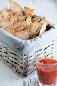 Delicious and crunchy home-made tortilla chips with a very easy to make dip sauce. Ready in about 15 minutes.