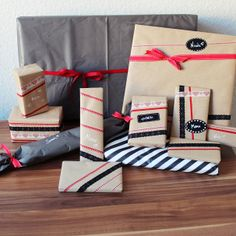 Weihnachtsgeschenke verpacken // Christmas present wrapping idea with kraft paper, washi tape, lace tape and red bows