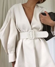 Minimalist style guide: how to build a capsule wardrobe and create a daily uniform white minimal look Fashion Details, Look Fashion, Fashion Outfits, Womens Fashion, Fashion Design, Fashion Trends, Fashion Fall, Guy Fashion, Fashion Kids