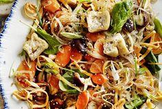 Noodles vegan con tofu fritto e verdure