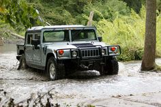 Originally created for the sole use of the US Military, the Hummer has already stepped out of its barracks to join the multitude of vehicles in the mass market. New Car Wallpaper, Sports Car Wallpaper, Photo Wallpaper, Hummer Cars, Hummer H2, Jeep Suv, Jeep Truck, Hummer H1 Alpha, Offroad