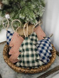 Fabric Christmas Ornaments, Christmas Tree Garland, Christmas Crafts To Make, Christmas Sewing, Holiday Crafts, Fabric Christmas Decorations, Country Christmas Crafts, Winter Decorations, Diy Ornaments