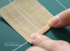 바느질방법_ 보자기 테두리 / 홑보 테두리 마감하기 과정샷! : 네이버 블로그 Spool Quilt, Korean Traditional, Sewing Techniques, Diy And Crafts, Weaving, Quilts, Knitting, Crochet, Curtains