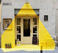 Gris y amarillo, decoraccion-hazdeluz. Interesting how it replicates real light effect, day or night.