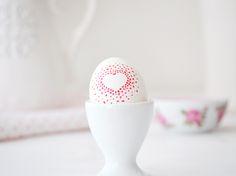 DIY-Anleitung: Ostereier mit Herzmuster gestalten / diy tutorial for colorful Easter eggs with via DaWanda.com