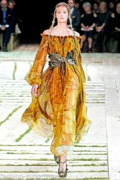 Alexander McQueen Spring 2011 Ready-to-Wear Collection Photos - Vogue Butterfly Fashion, Butterfly Dress, Monarch Butterfly, High Fashion, Fashion Show, Fashion Design, Fashion Blogs, Fashion History, Ladies Fashion