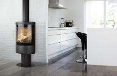 HWAM 3110m på piedestal. #hwam #brændeovne #woodstoves #interiorinspiration #scandinavian #simple #kitchen