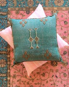 The Decorista Main, rug and decorative pillows; originally posted at Best Bed Linen Ever;