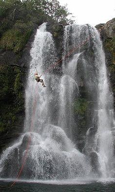 Misturando técnicas de rapel e tiroleza, turista desce a Cachoeira dos Garcias, uma das mais visitada de Aiuruoca #MG #Brasil