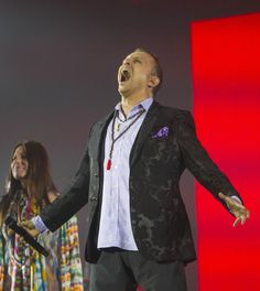 El cantante español Miguel Bosé, se presentó la noche del domingo en el Zócalo capitalino en el marco del Día de las Madres. (Foto: Notimex)