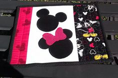 quilts Mickey Mouse Mug Rug Mickey Mouse Quilt, Mickey Mouse Mug, Mickey Mouse Crafts, Mickey Y Minnie, Disney Crafts, Quilting Projects, Quilting Designs, Sewing Projects, Sewing Ideas