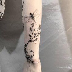 Raminho / Libélula 🤗 Quem tatuaria ? @victorrr.art Who would tattoo? Usem a #instattoo2 // @instattoo2 . . . . #tattoo #inkstinctsubmission…