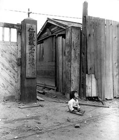 by Ronald L. Hancock A small South Korean child sits alone in the street, after elements of the Marine Div. and South Korean Marines invaded the city of Inchon, in an offensive launched against the North Korean forces in that area. Incheon, Old Pictures, Old Photos, Les Nations Unies, War Photography, Artistic Photography, Historical Images, Korean War, North Korea