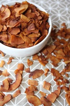 Just because you eat a vegan diet, doesn't mean you can't enjoy delicious bacon-flavour! Here are 9 yummy vegan bacon recipes you can try today. Vegan Foods, Vegan Snacks, Vegan Dishes, Brunch Café, Coconut Bacon, Vegan Thanksgiving, Raw Food Recipes, Holiday Recipes, Yummy Food