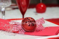 Serviette de table Noel montée avec son ruban rouge et blanc, son fil d'argent et son grelot rouge de lutin. Disponible à l'unité ou dans sa Box Déco de Table Noel Rouge et Blanc, en Laponie (édition limitée - 2015).