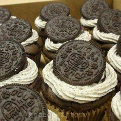 Cupcakes con crema de oreo  si te gustan y los querés hacer encontrá la receta en este link http://ift.tt/2bwNoO1 #cupcakes #oreo #postres #chocolate #deliciosos #bake #baking