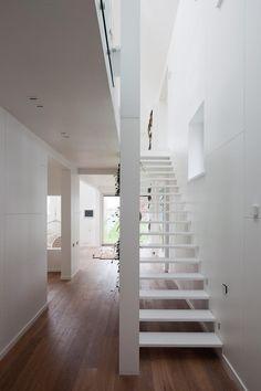 Door voor een open trap en vide als trapgat te kiezen, haal je licht van boven in de kern van je woning naar beneden.  Dit is het eerste Active House in Rusland.