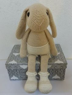 Dit is  Willenein , nieuwste patroontje van Antoinette.       Ze is zo leuk om te haken!              Wel een beetje bloot zo, zonder kleer... Knitted Bunnies, Crochet Bunny Pattern, Crochet Rabbit, Crochet Toys Patterns, Stuffed Toys Patterns, Doll Patterns, Diy Crochet, Crochet Dolls, Handmade Stuffed Animals