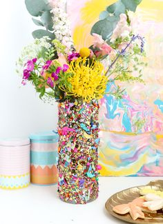 A sequin and glitter DIY vase to hold beautiful flowers. Cute Crafts, Crafts To Do, Diy Confetti, Confetti Ideas, Glitter Vases, Diy Planters, Wooden Diy, Wooden Crafts, Diy Projects To Try