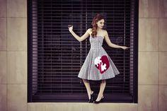 """Φόρεμα στράπλες από καρό ταφτά με χειροποίητο απλικέ σχέδιο """"heart puzzle"""" διακοσμημένο με κρύσταλλα swarovski."""