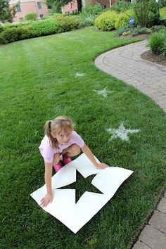 Fourth of July Crafts for Kids -- Flour Lawn Stars. Cut out star stencil, sprinkle grass with water (to make flour stick). Then sprinkle with flour. I want to do this for Memorial Day for all the walkers by the house! 4th Of July Party, Fourth Of July, Patriotic Party, July Crafts, Kids Crafts, Food Crafts, Craft Projects, Theme Galaxy, Princess Pinky Girl