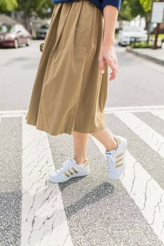 What To Wear To New York Fashion Week // Button Front Chino Midi Skirt // Adidas Superstar Sneakers Fall Fashion Outfits, Winter Fashion, Autumn Inspiration, Style Inspiration, Adidas Superstar Outfit, How To Wear Sneakers, What To Wear, Midi Skirt, Street Style