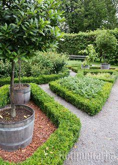 Tukholman lähellä sijaitseva Ulriksdalin linnan keittiötarhaa rajaavat matalat puksiaidat. Stepping Stones, Garden, Outdoor Decor, Home Decor, Stair Risers, Garten, Decoration Home, Room Decor, Lawn And Garden