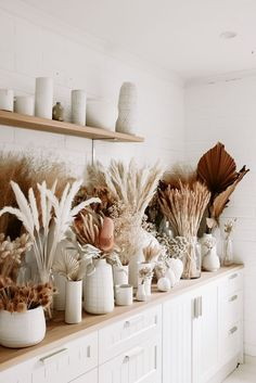 Dried flower bar Source by Dried Flower Arrangements, Dried Flowers, Dried Flower Bouquet, Flower Bouquets, Fall Home Decor, Autumn Home, Casa Magnolia, Interior Design Minimalist, Grass Decor