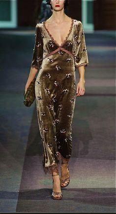 Ontwerper: Louis Vuitton Ik vind deze jurk niet heel erg mooi, vooral door de kleur en de daarbij behorende details. Juist die details vind ik totaal niet bij de kleur passen. Het model van de jurk vind ik wel mooi.
