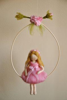 Artículos similares a Girls Mobile Waldorf inspired needle felted : The girl with pink roses crown en Etsy Felt Angel, Wool Dolls, Needle Felting Tutorials, Felt Fairy, Clothespin Dolls, Felt Patterns, Flower Fairies, Fairy Dolls, Felt Toys