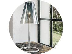 4 varianty prevedenia  Koncept stolovej lampy spája dva špecifické druhy skla do typického tvaru lampy. Jemné a technické borosilikátové sklo sa stretáva so skutočným a jedinečným kryštálom.