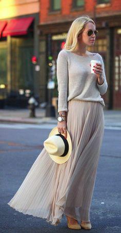 jupe longue plissée beige, blouse femme beige, lunettes noires femme
