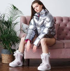图片中可能有:1 位用户、坐着和鞋 Puffy Jacket, Down Coat, Jacket Style, Mantel, Raincoat, Jackets For Women, Winter Jackets, Slip On, Photo And Video