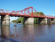 navegando bajo el puente.