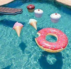 Eu gostaria de também ter uma piscina assim e colocar este tipo de bóias