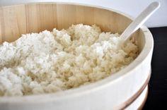 De sushirijst - Hieronder lees je mijn recept voor het bereiden van 500 gram sushirijst. Als je voor de eerste keer sushi gaat maken, is het wellicht handiger om een kleine hoeveelheid rijst te koken. Dan kun je even oefenen en is het niet zo erg als het een keer mislukt. De hoeveelheden van de ingrediënten moet je dan even omrekenen. #sushi #sushirijst
