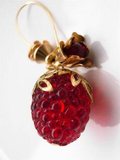 """""""Bijou Boucles d'Oreilles Gourmandes Fruits Rouges Framboises Vintage du Jardin Suspendu en Laiton Doré, Verre Ancien & Acrylique"""". HAND JOY CRÉATIONS / Bijoux de Créateur Rétro Ancien Vintage & Fantaisie. Collection """"Jardin Suspendu"""". Sur http://www.handjoy.fr ***** Ancienne, framboise, berry, beads, perles, gold, raw, brass, handmade, french, jewel, jewels, jewelry, mode, femme, gourmandise, rouge, grenat, glass, filigree, feuilles, boutons, fruit, verger, été, earrings, women."""