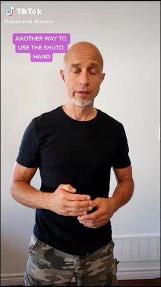 Self Defense Moves, Self Defense Martial Arts, Self Defense Weapons, Martial Arts Techniques, Self Defense Techniques, Combat Training, Safety Training, Fighting Moves, Simple Hack