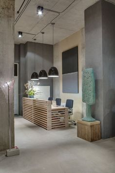 A Modern Office Space that Looks Like an Urban Loft Office Reception Design Industrial Office Design, Modern Office Design, Industrial Interiors, Office Interior Design, Office Interiors, Industrial Apartment, Urban Industrial, Industrial Furniture, Industrial Style