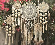 Atrapasueños en crochet - Ideas geniales ⋆ Manualidades Y DIY Dreamcatcher Crochet, Mandala Crochet, Los Dreamcatchers, Doily Dream Catchers, Diy And Crafts, Arts And Crafts, Crochet Diy, Crocheted Lace, Crochet Doilies