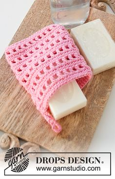 Crocheted soap bag or tawashi in DROPS Paris with lace pattern. The work is crocheted from the bottom up. Source by GiselasIdeen The post Crocheted soap bag or tawashi in DROPS Paris with lace pattern. The work & appeared first on Alba& Soap Works. Crochet Pouch, Crochet Gifts, Free Crochet, Crochet Sachet, Knitting Patterns Free, Free Knitting, Crochet Patterns, Drops Design, Drops Paris